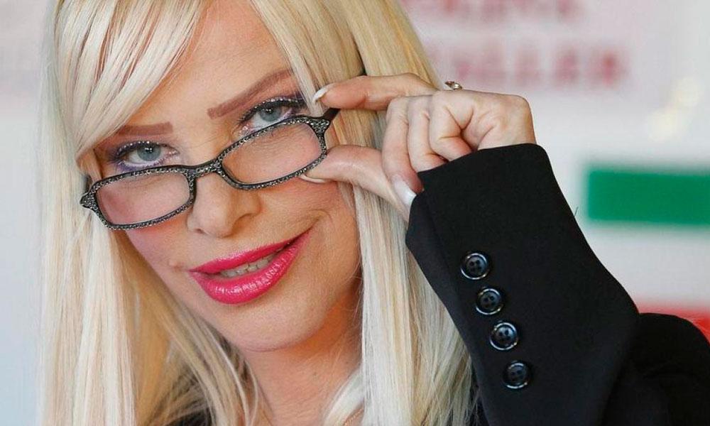 Estrela pornô dos anos 80, Cicciolina posa de 1ª dama em capa.