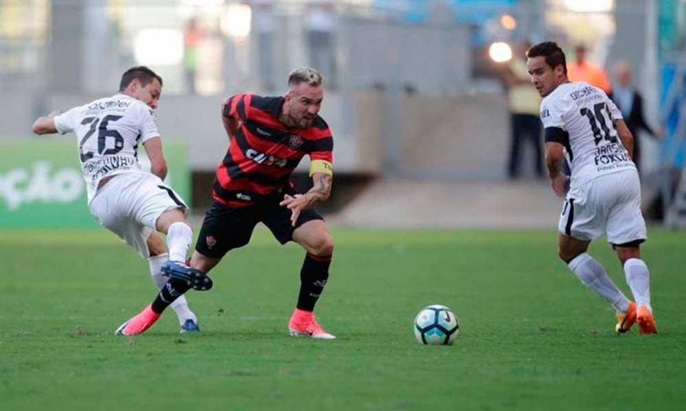 Jô marca, Corinthians bate Vitória em Salvador e ganha a primeira no Brasileirão
