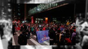 Manifestação contra Temer cresce na Paulista e interrompe trânsito de veículos