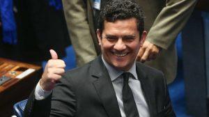 Moro rejeita questionamentos da defesa de Lula e repassa dinheiro do caso triplex no Guarujá para a Petrobras