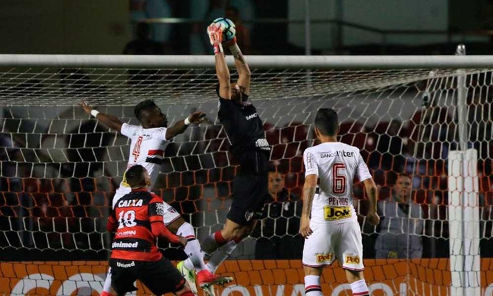 Com direito a gol de calcanhar, São Paulo e Atlético-GO empatam e seguem em crise