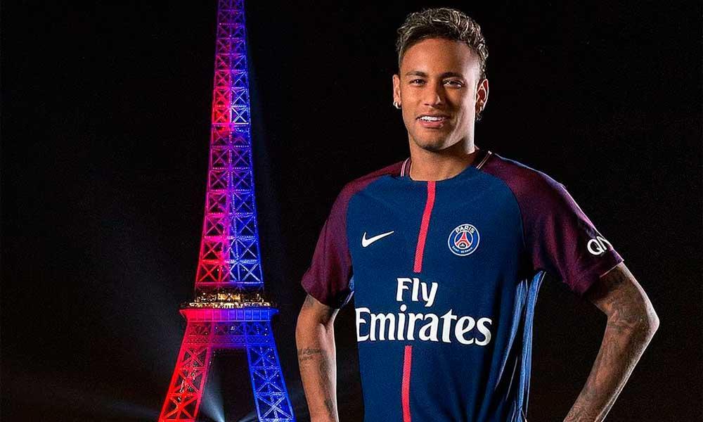 Neymar faz ensaio com Torre Eiffel iluminada em sua homenagem