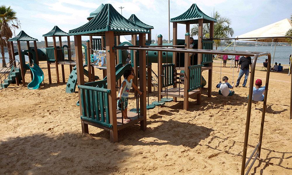 Parque infantil da orla da Ponte JK foi reinaugurado neste domingo (22)