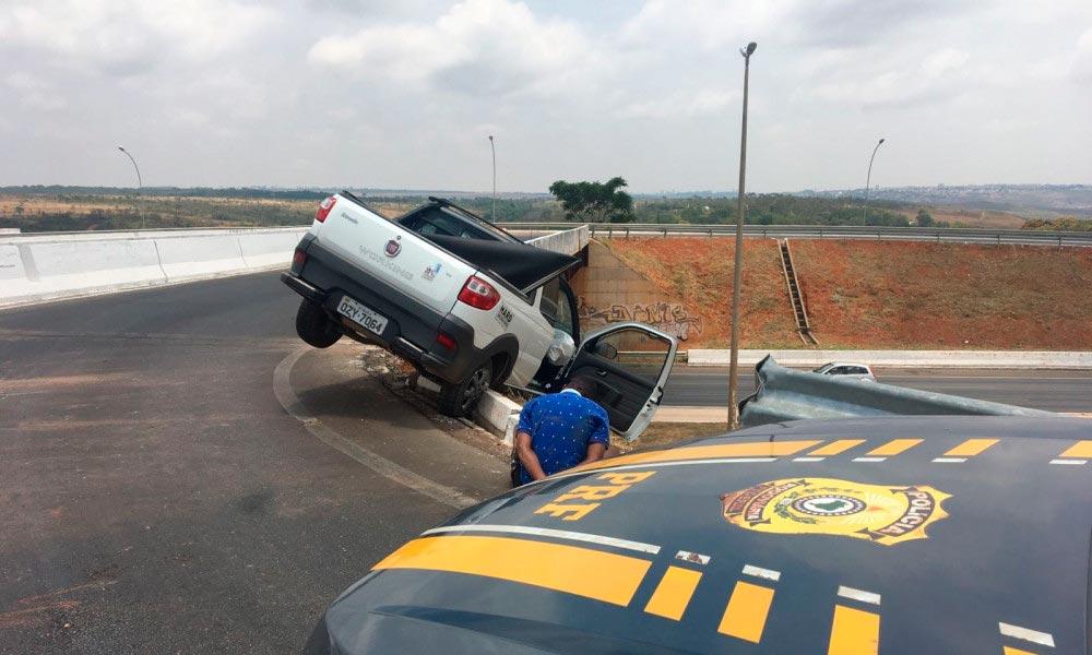 Menor rouba carro, vai preso e deixa veículo pendurado em viaduto de Brasília