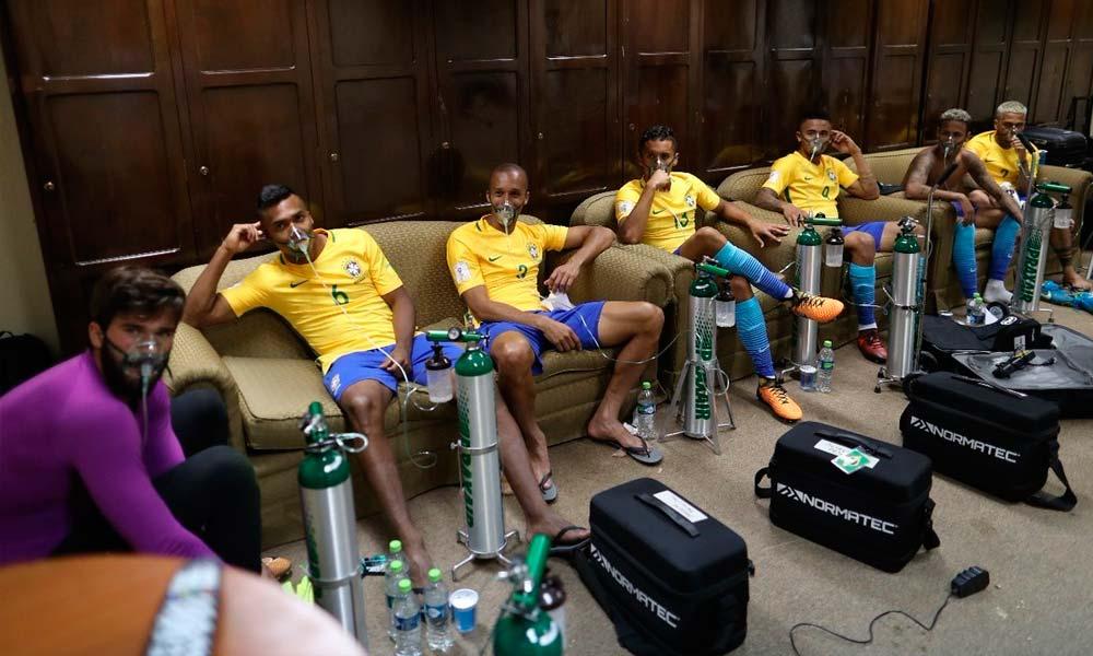 Após partida, jogadores da Seleção recuperam o gás com cilindros de oxigênio