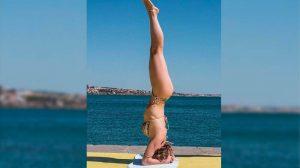 Aos 44, Letícia Spiller mostra corpão fazendo ioga
