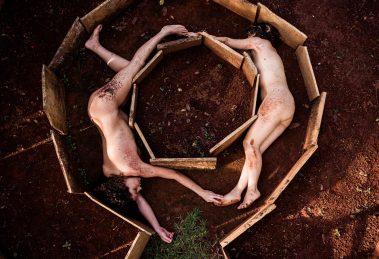 """""""Cria"""" apresenta atrizes em gangorra para viagem interdimensional"""