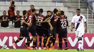 Atlético-PR interrompe série invicta do Vasco e mantém esperança de Libertadores