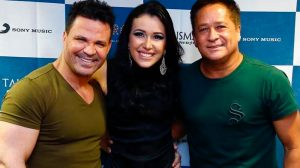 Em entrevista, Eduardo Costa não resiste e dá tapinhas no 'derriere' da nossa apresentadora!