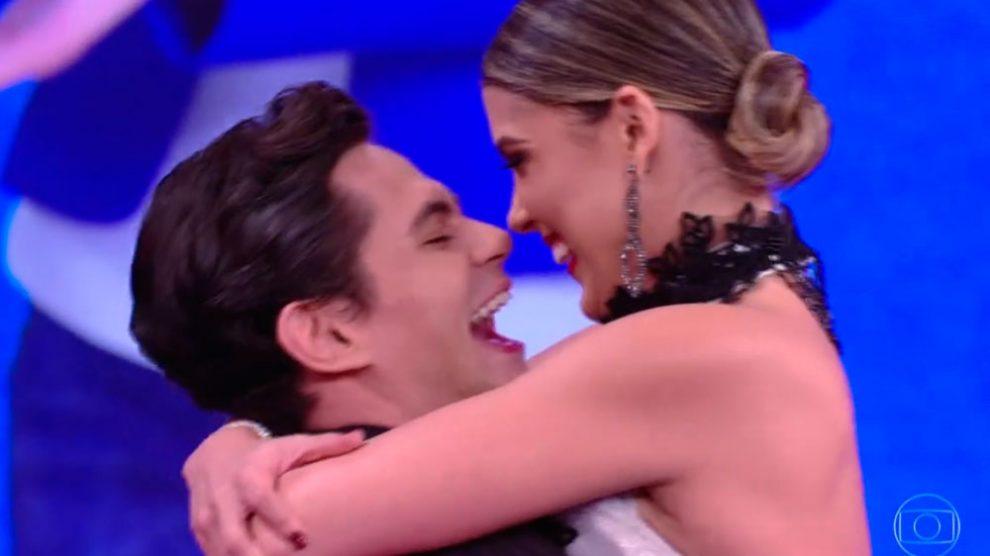 Lucas Veloso pede professora do 'Dança dos Famosos' em namoro ao vivo na TV