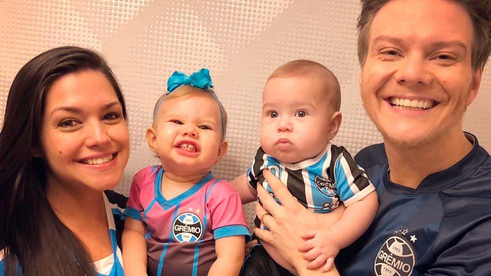 Melinda fala 'papai' e 'te amo' para Michel Teló em vídeo; veja