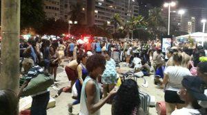 Carro desgovernado atropela dezenas de pessoas no calçadão de Copacabana