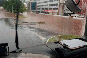 Chuva forte causa transtorno e alagamentos pelas ruas da capital