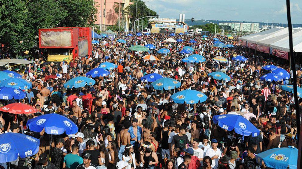 Carnaval reúne milhares de foliões no Eixo Monumental