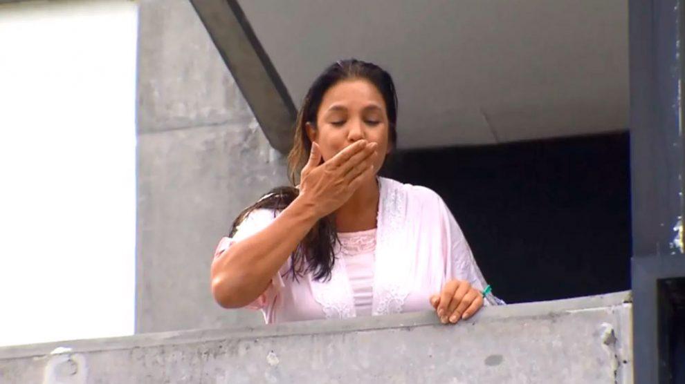 Ivete Sangalo aparece na varanda do hospital onde está internada em Salvador e diz que terá alta na quarta