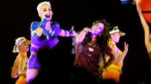 Katy Perry e Gretchen dançam 'Swish swish' juntas em show em São Paulo