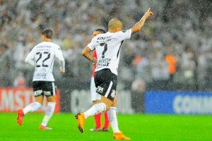 Corinthians bate D. Lara em jogo difícil e vira líder