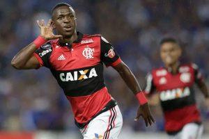 Vinicius Jr. faz golaços, e Flamengo vira sobre Emelec fora