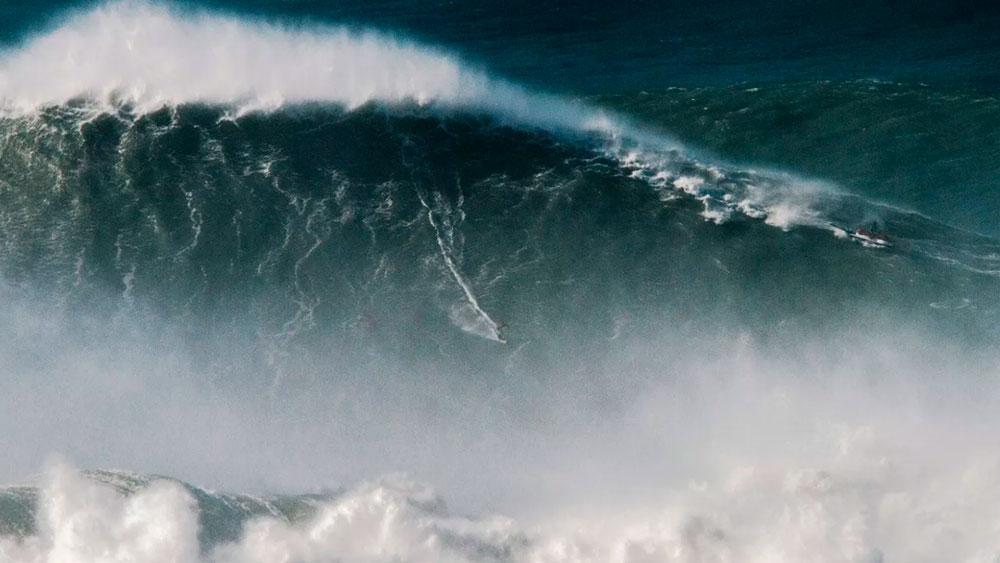 Brasileiro bate recorde com a maior onda já surfada na história
