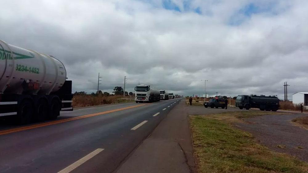 Caminhões com 1,3 milhão de litros de combustível para o Aeroporto de Brasília devem chegar às 14h