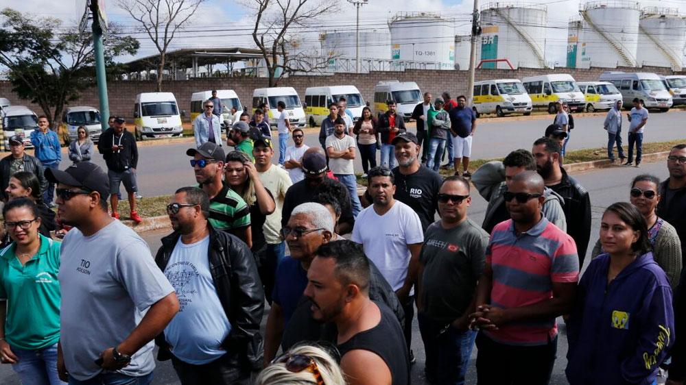 Motoristas de vans escolares protestam na base de distribuição da Petrobras