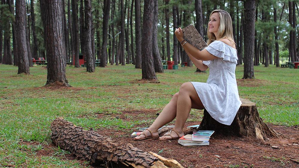 Isabella de Andrade lança novo livro, primeiro romance, em São Paulo e Brasília